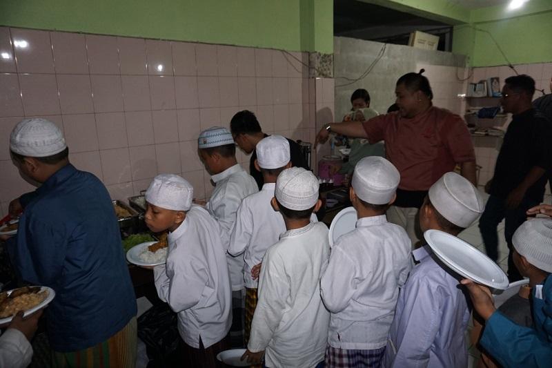 https: img-o.okeinfo.net content 2019 05 11 298 2054542 serunya-live-cooking-bersama-anak-anak-yatim-di-bulan-ramadan-RDRltjyvVo.jpg