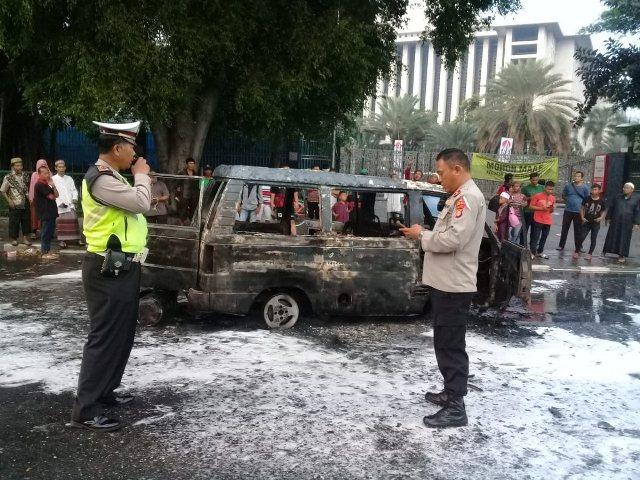 https: img-o.okeinfo.net content 2019 05 12 338 2054625 sebuah-minibus-hangus-terbakar-di-depan-masjid-istiqlal-MuP6PIEe0o.jpg
