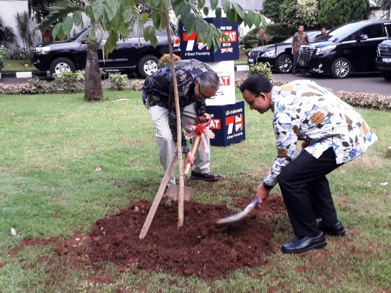 https: img-o.okeinfo.net content 2019 05 12 338 2054771 gubernur-anies-dan-moazzam-malik-tanam-pohon-tandai-kerjasama-bilateral-indonesia-inggris-STYMPLJthX.jpg