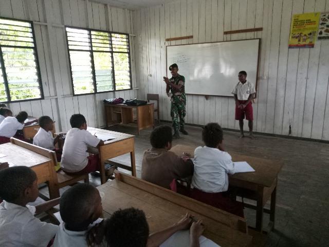 https: img-o.okeinfo.net content 2019 05 12 340 2054602 minim-guru-yonif-755-kostrad-bantu-mengajar-di-pedalaman-papua-vWqdw37fLx.jpg