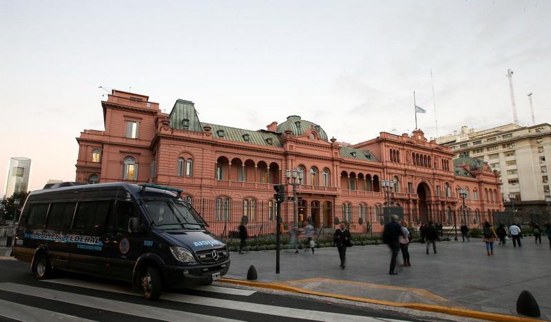 https: img-o.okeinfo.net content 2019 05 14 18 2055381 militer-dikerahkan-setelah-istana-kepresidenan-argentina-mendapat-ancaman-bom-ruR5sIn7Rk.jpg