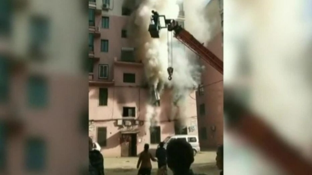 https: img-o.okeinfo.net content 2019 05 14 18 2055666 gunakan-crane-pemuda-ini-selamatkan-14-orang-saat-gedung-terbakar-AzFq2KjHjm.jpg