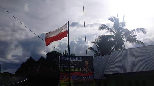 https: img-o.okeinfo.net content 2019 05 14 340 2055599 bendera-merah-putih-dipasang-terbalik-di-kantor-desa-peradun-temeras-Ow51Wb5U0e.jpg