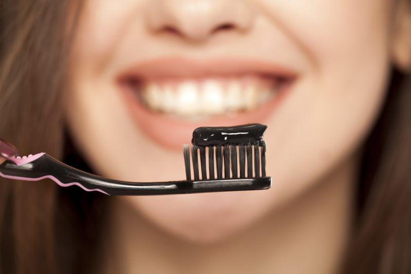 https: img-o.okeinfo.net content 2019 05 14 481 2055589 perhatikan-2-hal-ini-sebelum-beli-pasta-gigi-mengandung-arang-FoVs6CWe8Z.jpg