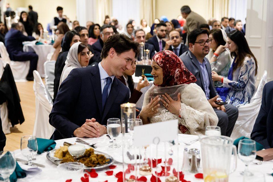 https: img-o.okeinfo.net content 2019 05 15 614 2055873 potret-kebersamaan-perdana-menteri-justin-trudeau-berbuka-puasa-dengan-muslim-di-kanada-j14D7RDxeo.jpg