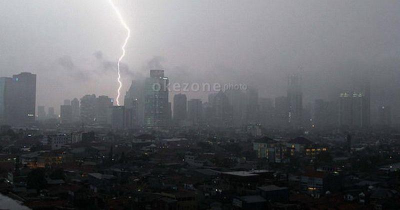 https: img-o.okeinfo.net content 2019 05 16 338 2056259 jakarta-timur-berpotensi-hujan-disertai-kilat-dan-petir-hari-ini-eCuLG8Qfhp.jpg