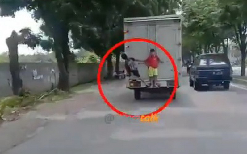 https: img-o.okeinfo.net content 2019 05 16 608 2056594 viral-2-bocah-minta-tolong-pemotor-saat-terbawa-mobil-truk-box-x0Qj5va8k4.jpg