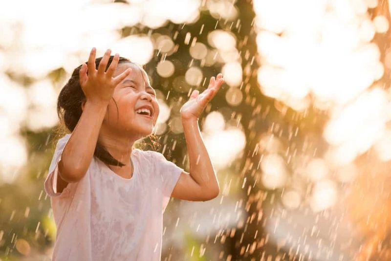 https: img-o.okeinfo.net content 2019 05 17 481 2056849 tak-perlu-takut-jika-anak-anak-main-hujan-ini-4-tips-biar-mereka-tetap-sehat-6pkrKxiaVG.jpg