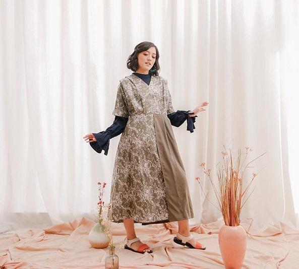https: img-o.okeinfo.net content 2019 05 18 194 2057444 kombinasi-batik-modern-inspirasi-baju-lebaran-ala-ify-alyssa-czFfAielfW.jpg
