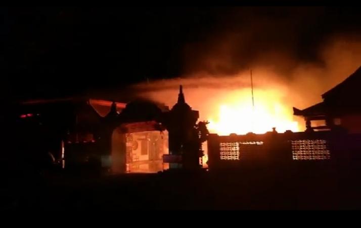 https: img-o.okeinfo.net content 2019 05 18 519 2057259 tri-dharma-kelenteng-berusia-150-tahun-di-probolinggo-ludes-terbakar-b8uzrPpU4q.jpg