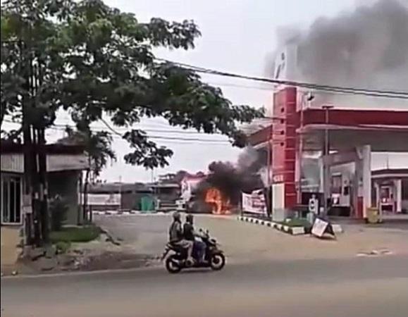 https: img-o.okeinfo.net content 2019 05 19 338 2057589 truk-tangki-terbakar-asap-membubung-di-spbu-ciater-tangsel-Ar7e4U3QHS.jpg