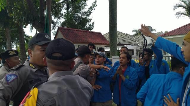https: img-o.okeinfo.net content 2019 05 20 340 2057988 demo-di-kantor-kpu-riau-ricuh-sejumlah-mahasiswa-terluka-IxDETdxec5.jpg