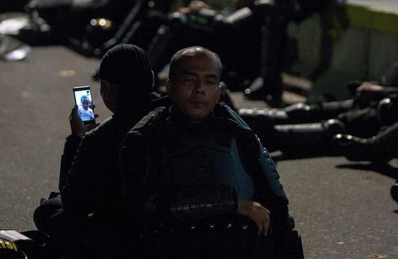 https: img-o.okeinfo.net content 2019 05 22 196 2058855 viral-foto-polisi-video-call-anak-saat-menjaga-aksi-netizen-sedih-aku-93Q4NawgsI.jpg