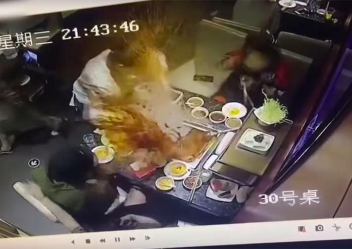 https: img-o.okeinfo.net content 2019 05 23 298 2059255 asik-diaduk-panci-sup-sebuah-restoran-mendadak-meledak-yUVlTCgLJe.jpg