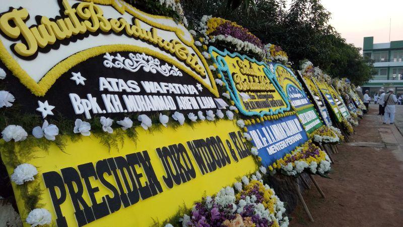 https: img-o.okeinfo.net content 2019 05 23 338 2059600 karangan-bunga-berjajar-di-pemakaman-ustadz-arifin-ilham-dari-jokowi-hingga-anies-baswedan-MH93FdiuwC.jpg