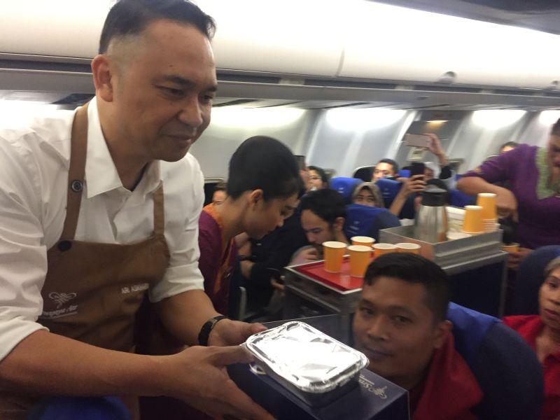https: img-o.okeinfo.net content 2019 05 26 406 2060477 mengejutkan-petinggi-sriwijaya-air-sajikan-dan-bersihkan-sisa-makanan-di-pesawat-bali-jakarta-PjgCNvRFHm.jpg