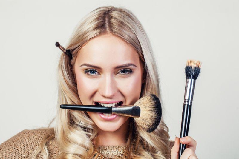 https: img-o.okeinfo.net content 2019 05 26 611 2060554 ladies-ini-peralatan-make-up-yang-gak-boleh-ketinggalan-saat-mudik-NF8H2wzSUX.jpg