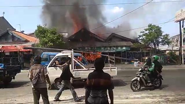 https: img-o.okeinfo.net content 2019 05 28 338 2061367 diduga-korsleting-listrik-warung-makan-di-depok-terbakar-miqb2cGo9K.png