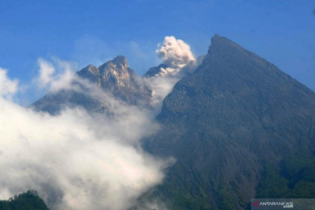 https: img-o.okeinfo.net content 2019 05 28 510 2061167 gunung-merapi-luncurkan-dua-guguran-lava-pijar-sejauh-500-600-meter-RHA5IzOjJf.jpg