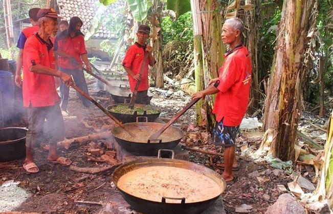 https: img-o.okeinfo.net content 2019 05 31 298 2062533 tradisi-masak-kolak-ayam-di-malam-ke-23-ramadan-oleh-masyarakat-gresik-pyu0w3Ye1z.jpg