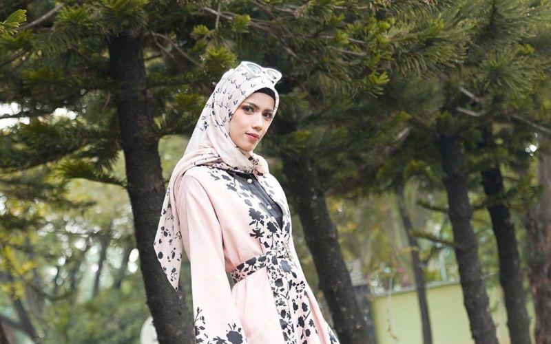 https: img-o.okeinfo.net content 2019 06 01 33 2062941 kenakan-hijab-tunangan-deddy-corbuzier-minta-doa-dapat-hidayah-WlVC97SGCT.jpg