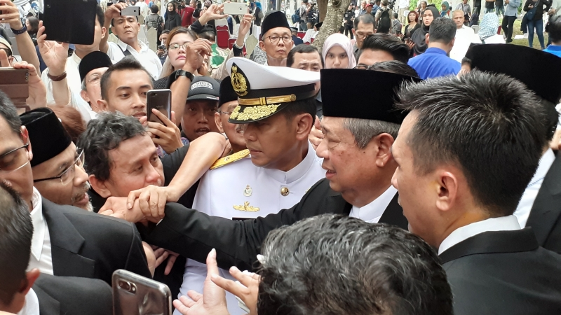 https: img-o.okeinfo.net content 2019 06 02 337 2063183 usai-pemakaman-ani-yudhoyono-sby-ahy-disalami-dan-dipeluk-warga-z07LDau9rR.jpg