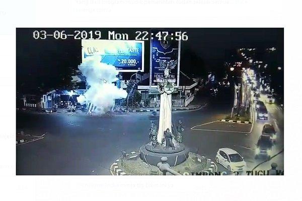 https: img-o.okeinfo.net content 2019 06 04 512 2063689 rekaman-cctv-detik-detik-ledakan-bom-di-pospam-tugu-kartosuro-WSikYVTUQ4.jpg