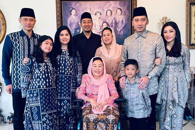https: img-o.okeinfo.net content 2019 06 06 614 2064194 tanpa-kehadiran-ani-yudhoyono-yenny-wahid-kedatangan-keluarga-ahy-dan-ibas-m9EbplnUrZ.jpg