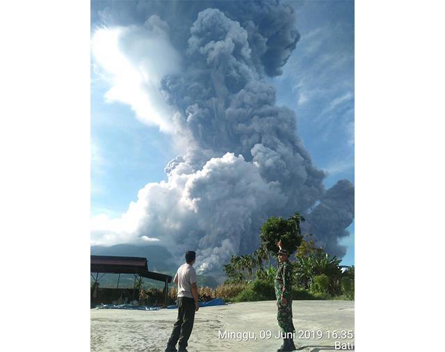 https: img-o.okeinfo.net content 2019 06 09 608 2064752 gunung-sinabung-erupsi-tinggi-kolom-abu-capai-7-000-meter-xSpKPpfoXF.jpg