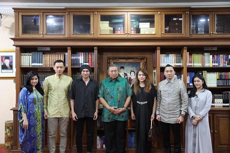 https: img-o.okeinfo.net content 2019 06 11 205 2065182 sby-minta-anji-buatkan-lagu-tentang-ani-yudhoyono-WahiTGUQeb.jpg
