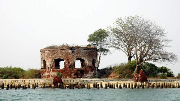 https: img-o.okeinfo.net content 2019 06 11 338 2065165 sejarah-pulau-onrust-benteng-pertahanan-hingga-lokasi-karantina-haji-eCbukI3VFN.jpg