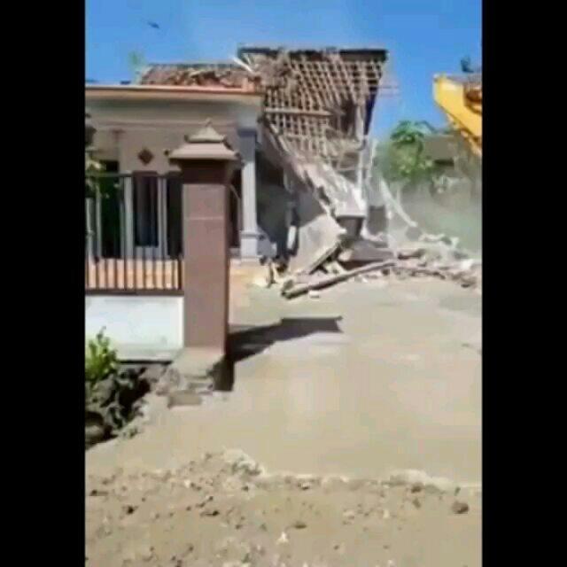 https: img-o.okeinfo.net content 2019 06 12 340 2065792 diduga-istri-selingkuh-pria-ini-rubuhkan-rumahnya-dengan-alat-berat-KAFtG0hIJk.jpg