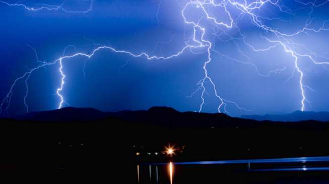 https: img-o.okeinfo.net content 2019 06 12 340 2065803 akibat-cuaca-buruk-pelabuhan-tribuana-kusamba-ditutup-sementara-sL988Y938j.jpg
