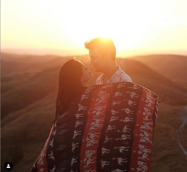 https: img-o.okeinfo.net content 2019 06 12 406 2065710 momen-romantis-titi-kamal-dan-christian-sugiono-liburan-di-sumba-F5qjXkHPtj.jpg