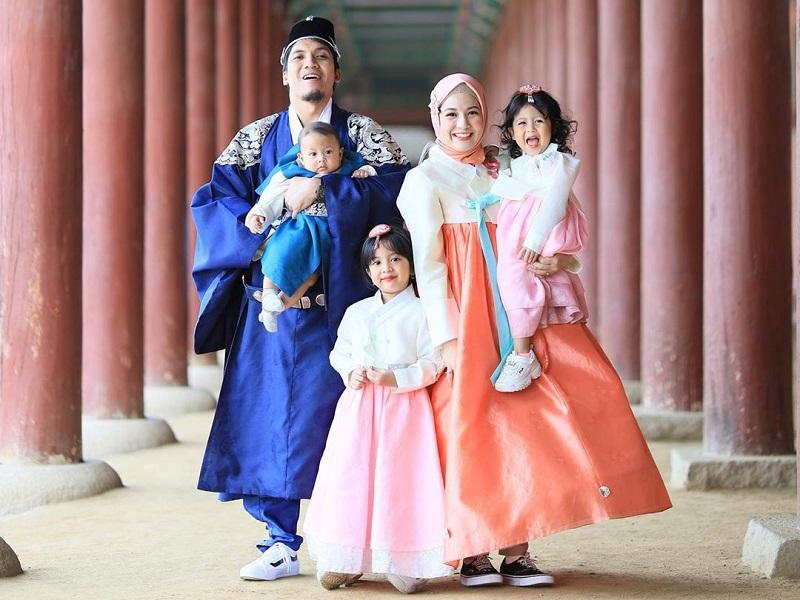 https: img-o.okeinfo.net content 2019 06 12 406 2065805 potret-keseruan-natasha-rizki-dan-desta-boyong-anak-liburan-ke-korea-FHseTVuNaW.jpg