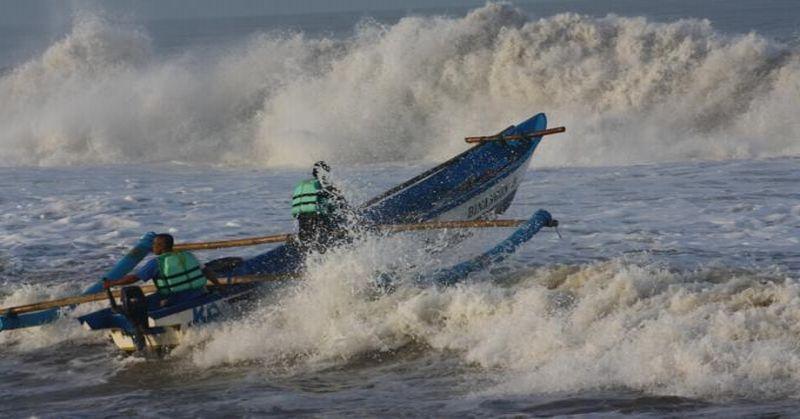 https: img-o.okeinfo.net content 2019 06 12 510 2065807 pantai-selatan-diterjang-gelombang-tinggi-sejumlah-kapal-milik-nelayan-hancur-fRdNPDv31D.jpg