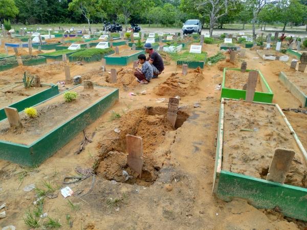 https: img-o.okeinfo.net content 2019 06 13 340 2066248 belasan-kuburan-di-tpu-di-pekanbaru-amblas-ini-penyebabnya-DBoyO719SQ.jpg