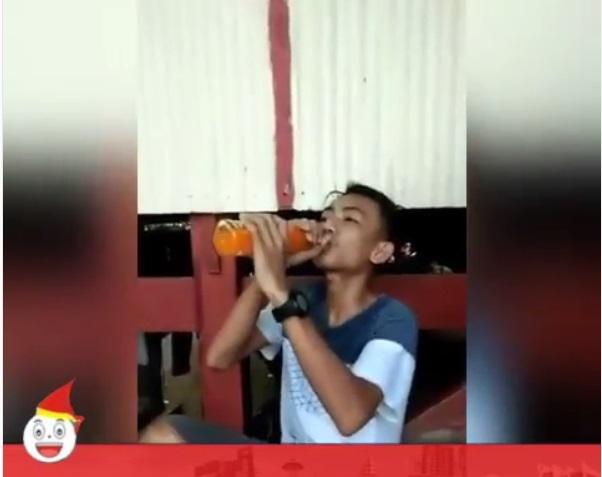 demi-rp100-ribu-remaja-ini-rela-minum-satu-botol-sirup-tanpa-air