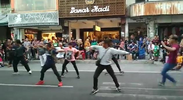 https: img-o.okeinfo.net content 2019 06 20 406 2068698 viral-flashmob-tarian-jawa-di-kawasan-malioboro-netizen-omg-merinding-Iu4HNPdoSd.jpg