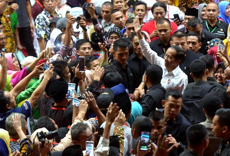 https: img-o.okeinfo.net content 2019 06 20 470 2068830 jokowi-optimistis-sertifikat-tanah-seluruh-indonesia-selesai-pada-2025-GLWhF85EyO.jpg