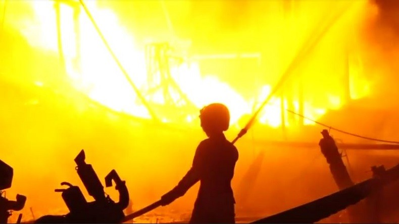 https: img-o.okeinfo.net content 2019 06 22 525 2069586 diduga-korsleting-listrik-18-kapal-perahu-nelayan-di-indramayu-terbakar-ieSwfS8C6H.JPG