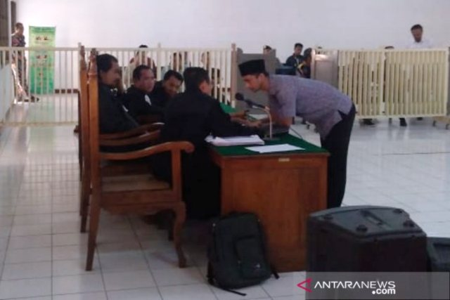 https: img-o.okeinfo.net content 2019 06 24 512 2070389 kasus-mafia-bola-wasit-nurul-safarid-dituntut-18-bulan-penjara-kRy7zB6pmM.jpg