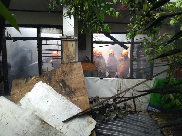 https: img-o.okeinfo.net content 2019 06 24 525 2070130 rumah-di-bandung-terbakar-2-perempuan-lansia-meninggal-terjebak-di-kamar-mandi-vt9k33i8hF.jpg