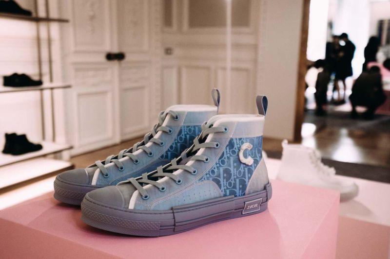 https: img-o.okeinfo.net content 2019 06 24 611 2070366 dior-luncurkan-sneakers-transparan-keren-atau-jelek-jSWoXBDXcS.jpg