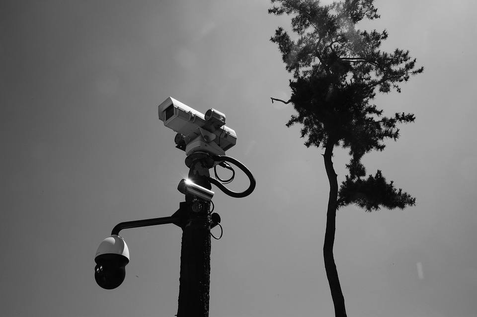 Jarak pandang kamera pengintai biasanya tidak dapat menembus benda-benda tersebut.