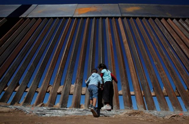 https: img-o.okeinfo.net content 2019 06 27 18 2071540 foto-ayah-dan-putrinya-yang-mati-tenggelam-menggambarkan-kondisi-mengerikan-di-perbatasan-as-meksiko-JQYnNKpIEr.jpg