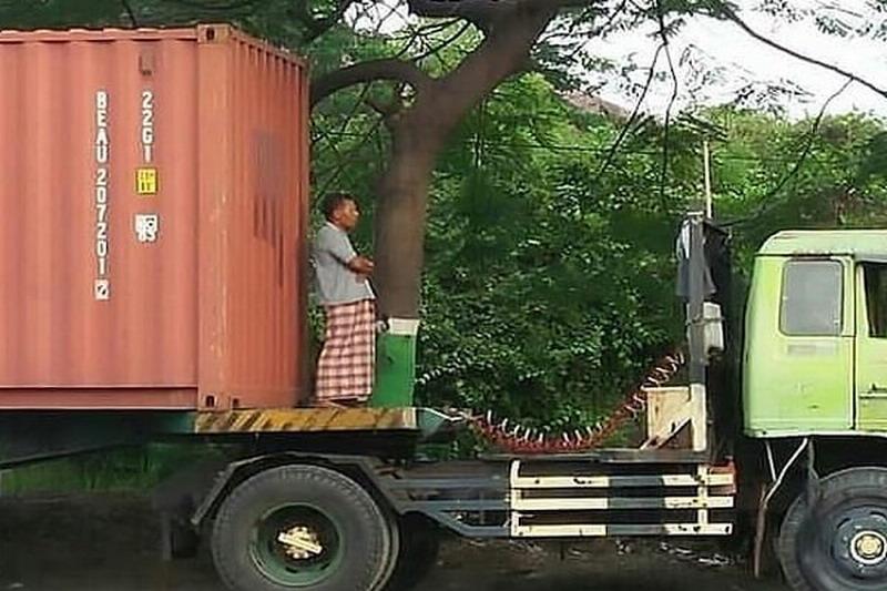 https: img-o.okeinfo.net content 2019 06 30 512 2072767 viral-pria-salat-di-truk-kontainer-tuai-pujian-pLrT9ChR5X.jpg