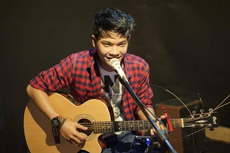 https: img-o.okeinfo.net content 2019 07 01 205 2073384 tri-suaka-penyanyi-asal-yogyakarta-yang-suaranya-mirip-ariel-noah-WRoODMqjk1.jpg