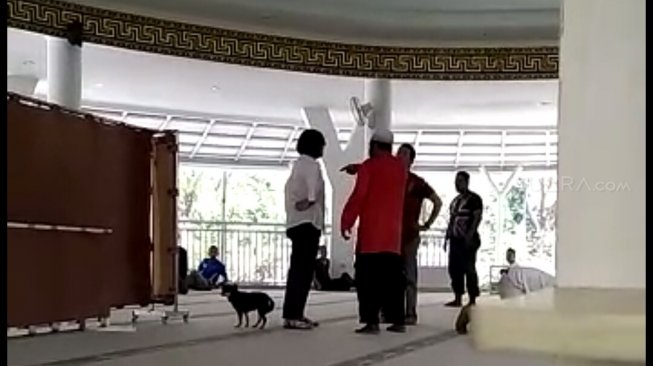 https: img-o.okeinfo.net content 2019 07 01 338 2073109 polisi-periksa-kejiwaan-wanita-yang-bawa-anjing-ke-masjid-bogor-u2JEp6xJnG.jpg