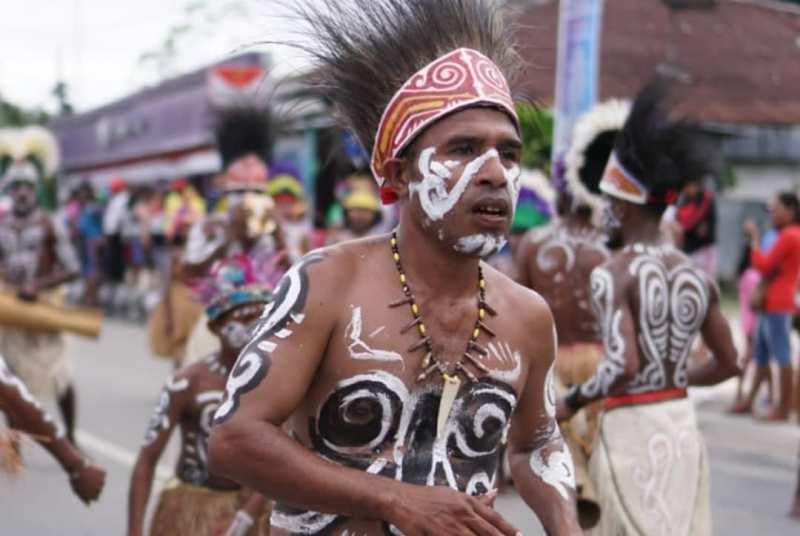 https: img-o.okeinfo.net content 2019 07 01 406 2073035 tradisi-berjalan-di-batu-panas-warnai-festival-biak-munara-wampasi-8AcDEEQECX.jpg